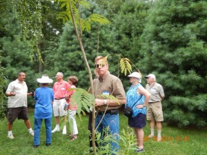 Glen trying to be incognito. Dean describing the garden with Judy, Dave, Bill & Sherry Pendleton